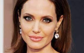 Angelina Jolie coperta di api contro il rischio di estinzione