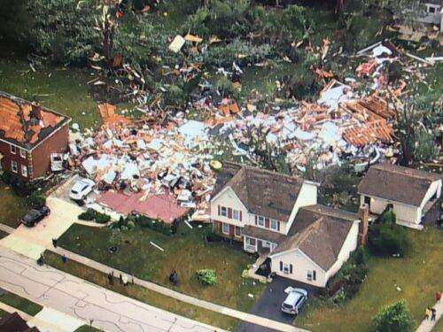 USA, violento tornado devasta la periferia di Chicago: oltre 100 case danneggiate e feriti