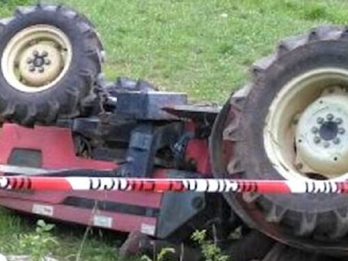 Morte sul lavoro, giovane perde la vita schiacciato da un trattore nel maso di famiglia