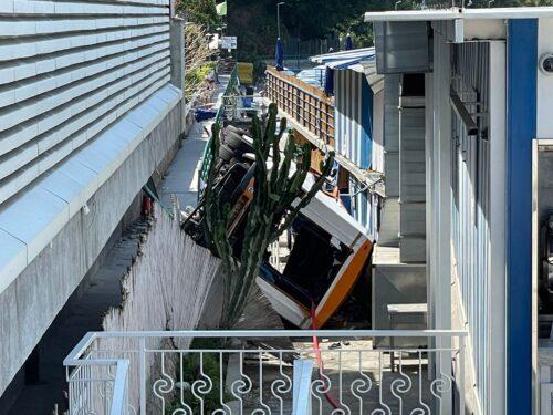 Capri, perizia su freni del minibus e barriera stradale. Aperta un'inchiesta sulle dinamiche dell'incidente