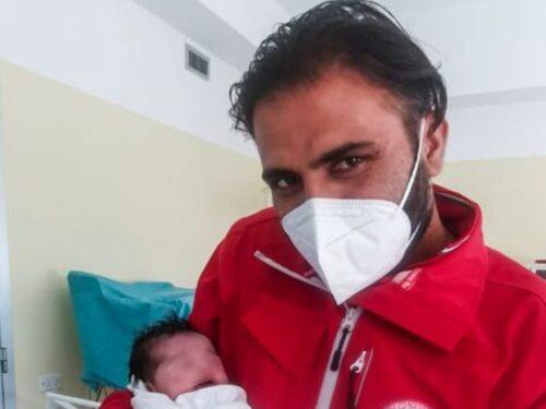 Hina, piccola profuga afghana, nasce in Italia: il papà è stato fucilato dai talebani