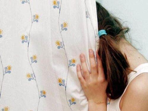 Bologna, 12enne violentata dal vicino di casa, il padre si fa giustizia da solo e lo picchia in strada