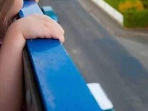 Si arrampica sul parapetto e cade dal balcone mentre gioca, bimba di 4 anni grave a Novara